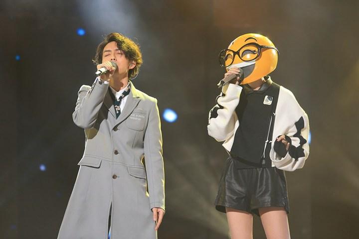 林宥嘉、郁可唯組團在「蒙面唱將」組「嘉郁戶曉」合唱。圖/滾石提供