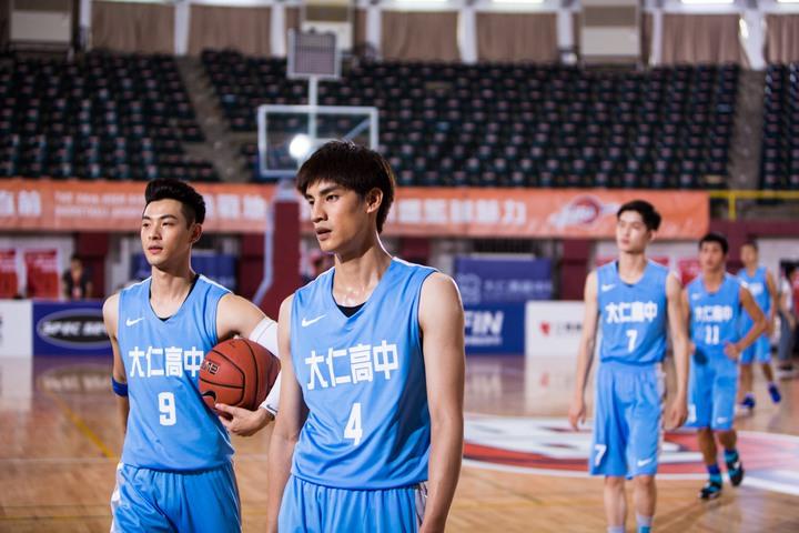 晨翔(左)、宏正拍攝「High 5制霸青春」殺青戲。圖/聯合互動提供