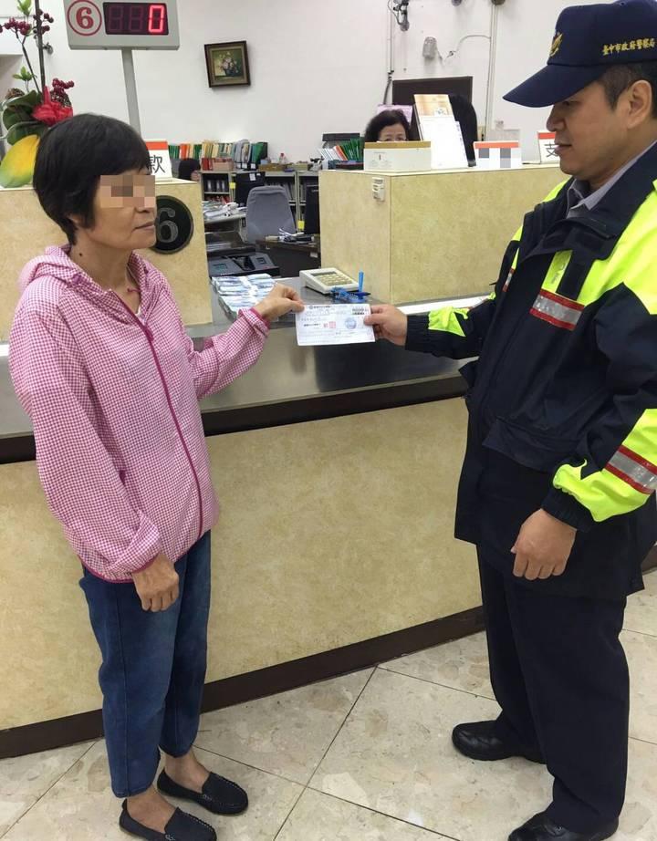 王姓婦人接到詐騙電話急領80萬元,幸被警方勸止。記者游振昇/翻攝