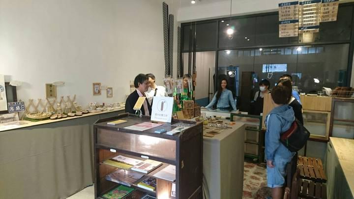 57號1樓的「愛木記憶工坊」是回收木料再製文創商品的商店 。圖/高雄市都發局提供