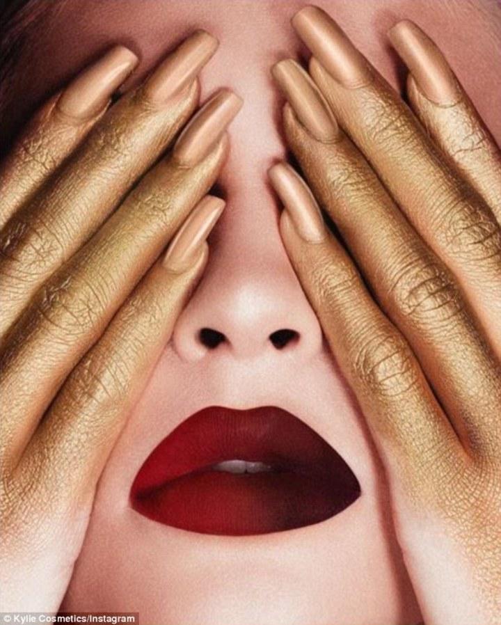 凱莉珍娜的自創彩妝品牌Kylie Cosmetics最新廣告照,被控剽竊。圖/摘自dailymail
