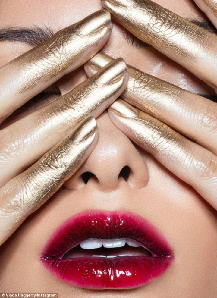 Vlada Haggerty在9月時就PO出這張廣告照片,但如今看到凱莉珍娜的自創彩妝品牌照片,相似度高達9成以上,便以抄襲提起告訴。圖/摘自dailymail