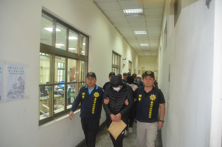 台南市學甲警分局遠赴桃園等地查緝詐欺車手集團,逮捕5名集團成員。記者邵心杰/攝影