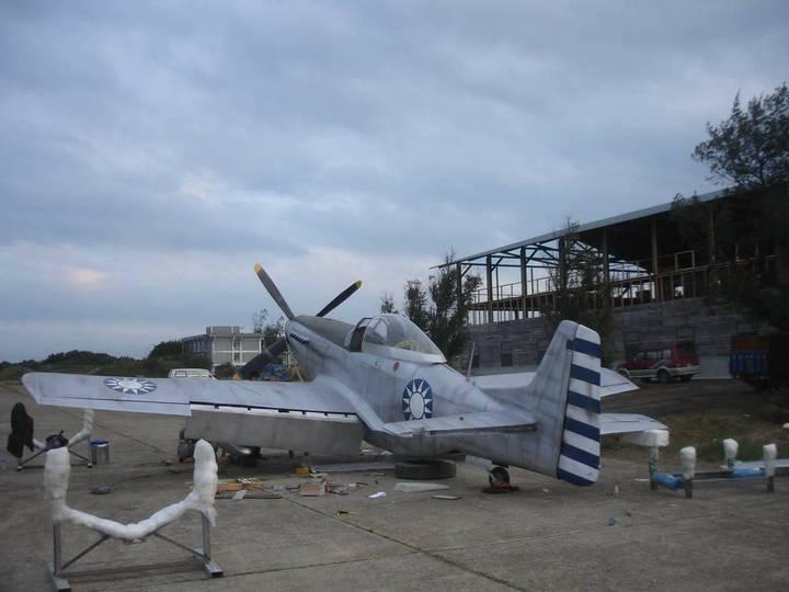 飛機達人黃良誠以檜木打造的P-51D野馬式戰鬥道具機,以檜木打造,栩栩如生。圖/黃良誠提供