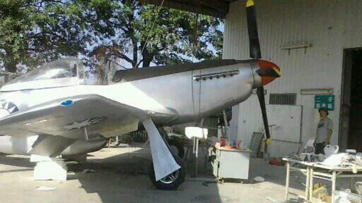 飛機達人黃良誠以檜木打造的P-51D野馬式戰鬥道具機,以1比1比例製成,栩栩如生。圖/黃良誠提供