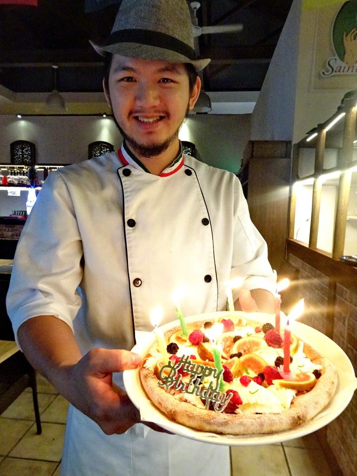 義大利米蘭手工窯烤披薩墾丁分店的人氣甜點冰披蕯,遇到當月壽星,店長江昆諭會用生日蛋糕方式呈現。記者潘欣中/攝影