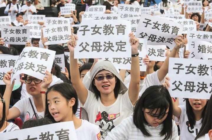 民眾身穿白衣走上凱道抗議。記者鄭清元/攝影
