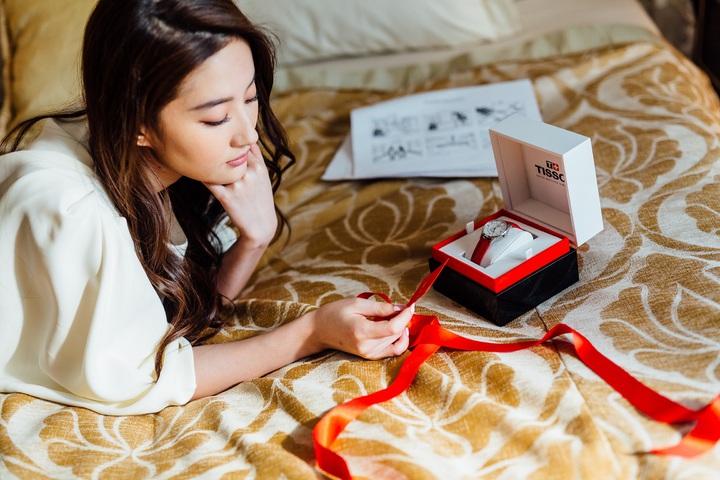 在天梭表最新廣告中,劉亦菲演繹了女性期待完美約會的神情。圖/TISSOT提供