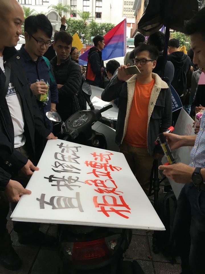日前挺同團體在立法院外抗議。記者何定照/攝影