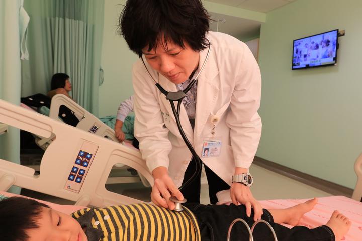 亞洲大學附屬醫院兒童心臟科醫師莊子瑤提醒,嬰兒發生呼吸急促現象,應該到小兒心臟科做進一步檢查。照片/提供