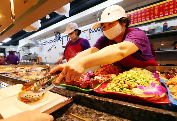 11月份消費者物價總指數創8個月新高,物價高漲,平價自助餐成了民眾的最愛。記者杜建重/攝影