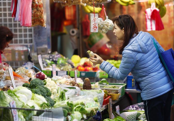 主計總處公布11月份消費者物價總指數較去年同期上漲1.97%,創8個月新高,漲幅前3名皆為食品類,傳統市場內,消費者買菜得斤斤計較。記者杜建重/攝影
