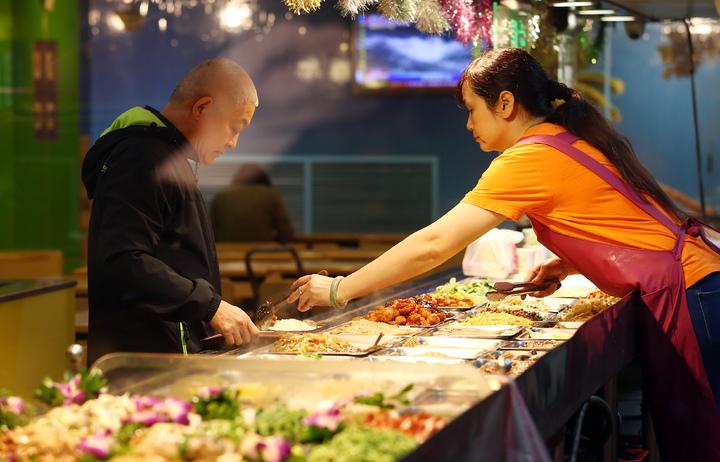 11月份消費者物價總指數較去年同期上漲1.97%,創8個月新高,其中,蔬菜及水果因受先前颱風侵襲及連續降雨遞延的影響,以致食物&#63952漲幅達6.42%,在如此景氣下,平價自助餐成了民眾的最愛。記者杜建重/攝影
