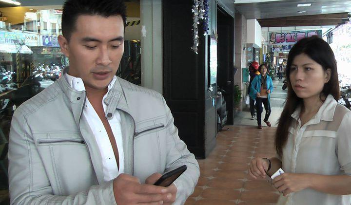 董浚凱出示手機上與飛鳥涼的合照及對話紀錄,證明兩人熟識。記者徐如宜/攝影