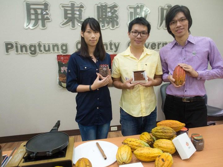 三兄妹陳俊豪(從右至左)、陳俊杰及陳柔伃返鄉自創品牌「可可女王」,希望為更多農民創造合理的利潤。記者林良齊/攝影