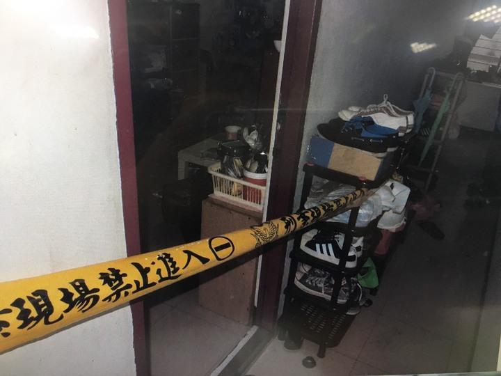 消防隊員破壞門鎖衝進房內,發現兩人臥倒不起,男子已身亡多時,女子送往亞東醫院急救。記者陳雕文/翻攝