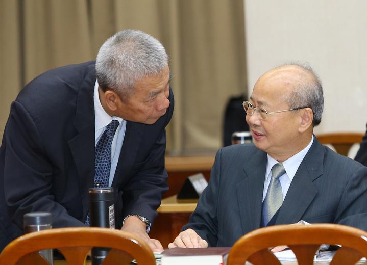 金管會主委李瑞倉(右)和財政部長許虞哲(左)就財政議題討論。記者陳柏亨/攝影