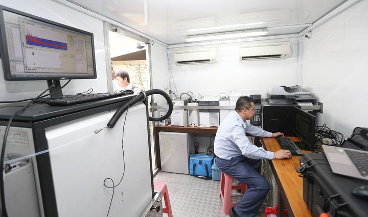 高雄大林蒲地區石化產業環繞,空汙情況十分嚴重,環保署在鳳林國中設置空氣品質監測車,監控空汙情況。記者劉學聖/攝影