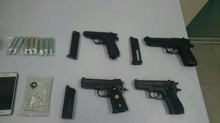 警方在陳男車中搜出做案用的假槍及毒品,訊後將3人依法送辦。記者曾健祐/翻攝