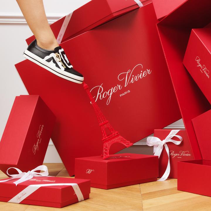 耶誕形象廣告中的Sneaky Viv'鞋款。圖/Roger Vivier提供