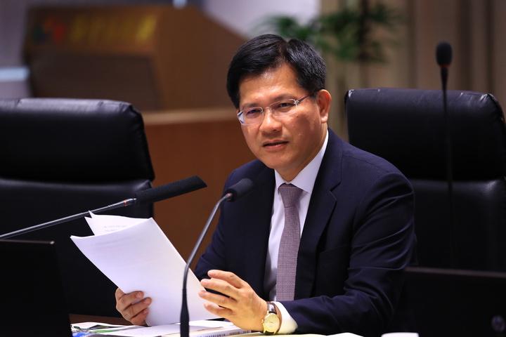 台中市長林佳龍上午召開市政會議,臨時考局處首長「什麼香最香?」隨後自己回答「不是拜神的香,是書香」。圖/台中市政府提供
