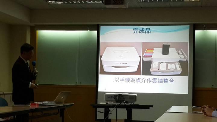 可以讓「門外漢」在家就能自行檢測疾病的「多重生理訊號監測儀」。記者鄭語謙/攝影。