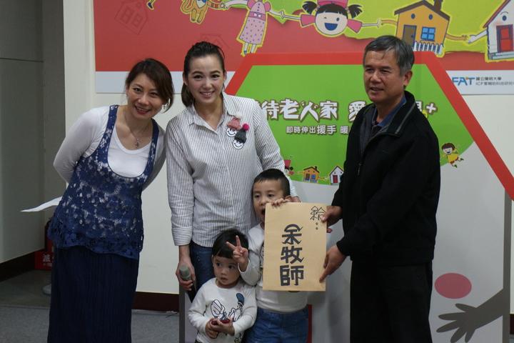 老盟代言人陳櫻文(中)、郎祖筠(左)昨致贈卡片給颱風莫蘭蒂受災戶余登明(右)盼能給予許多安慰。記者呂思逸/攝影