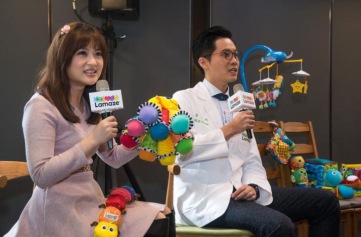 兒童職能治療師黃彥鈞(右)建議父母為幼兒選擇玩具要注重安全衛生和多功能,色彩豐富又具啟發性的玩具對小孩的成長很有幫助,Lamaze拉梅茲玩具/提供。