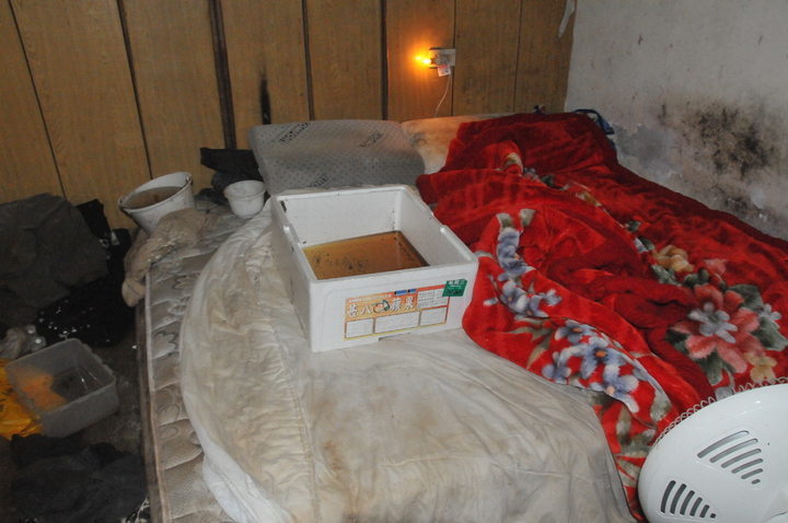 白姓老翁的床滿是接水桶。記者游明煌/攝影