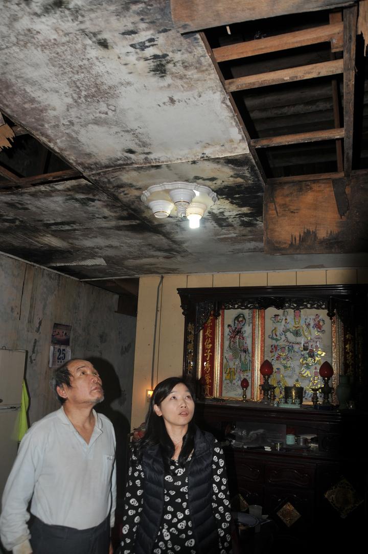 白姓老翁的客廳天花板殘破不堪,漏水嚴重。記者游明煌/攝影