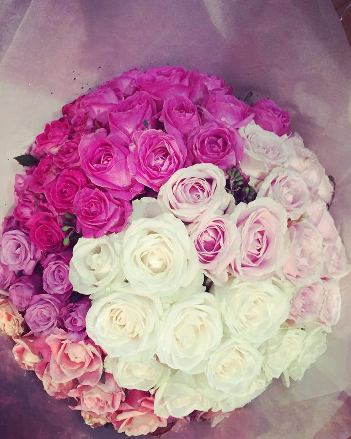 張熙恩在臉書上po出友人送的鮮花,疑有好事。圖/摘自臉書