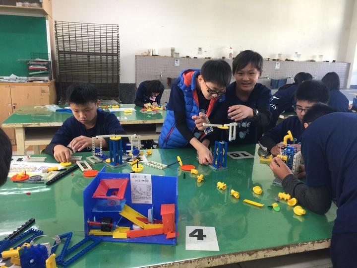 嘉市自造教育示範中心今天啟用興安國小學生用樂高設計廚餘工貝。記者唐秀麗/攝影