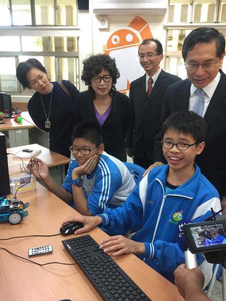 嘉市自造教育示範中心今天啟用,北興國中學生向市長涂醒哲笑說「機器人課不夠」。記者唐秀麗/攝影