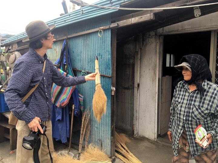 日本詩人、攝影大師沼田元氣夫妻訪東海岸,遇見阿美族老婦人手工製作掃把,為這仍保存傳統的一景備覺感動。記者李蕙君/攝影