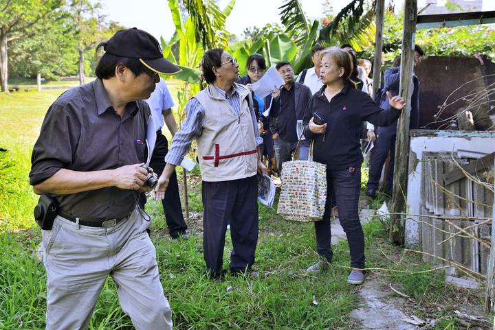 台南市古蹟審議委員今天前往三分子日軍射擊場旁的眷村會勘,了解是否有列為歷史建物的價值。圖/黃博文提供
