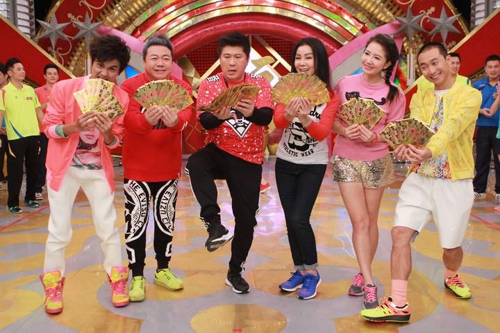 阿翔(左起)、董至成、胡瓜、陳美鳳、謝忻和浩子現場準備了滿滿的大紅包。圖/民視提供