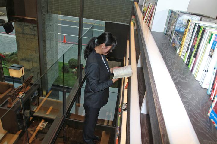 四星級觀光飯店打造成充滿書本的房子,有空橋書牆。記者羅建旺/攝影