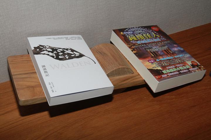 四星級觀光飯店打造成充滿書本的房子,飯店以《湖濱散記》為名,每間房間都有一本,每間房以文豪為名及放作品,如雨果主題房間有作品《鐘樓怪人》。記者羅建旺/攝影