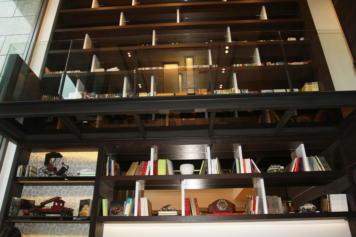 愛書的簡局能藏書萬冊,把四星級觀光飯店打造成充滿書本的房子。記者羅建旺/攝影