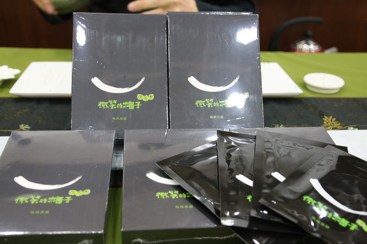 南投縣信義鄉農會與大葉大學產學合作研發出新款面膜取名微笑的梅子面膜,設計包裝充滿創意。記者黃宏璣/攝影