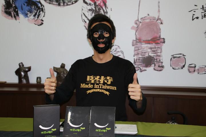 南投縣信義鄉農會與大葉大學產學合作研發出新款面膜取名微笑的梅子面膜,上市就受睛睞。記者黃宏璣/攝影