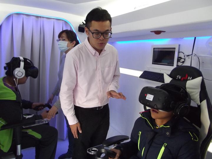 學生上魔法VR巴士體驗虛擬實境。記者謝恩得/攝影