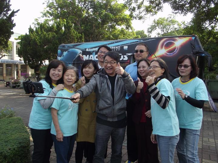 李濤和各校校長、北回歸線太陽館志工們玩自拍。記者謝恩得/攝影