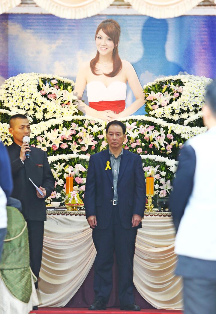 薇薇安今天上午舉行告別式,她的父親陳連春(中)在告別式上感謝到場的親友。記者杜建重/攝影