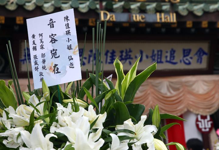 薇薇安(陳佳瑛)過世,上午在第一殯儀館舉行追思會,由於家屬相當低調沒發訃聞,好友何篤霖等人送上花籃致意。記者杜建重/攝影