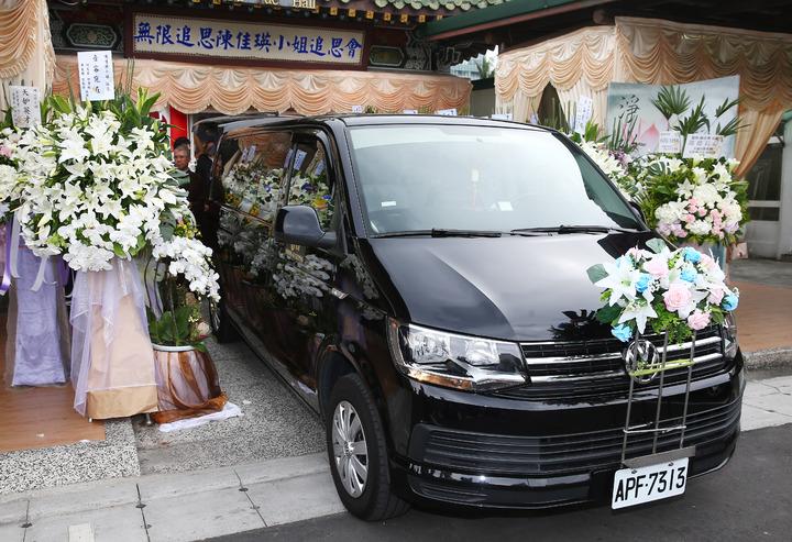 薇薇安(陳佳瑛)的告別式,連靈車前頭都沒有放照片,相當低調。記者杜建重/攝影