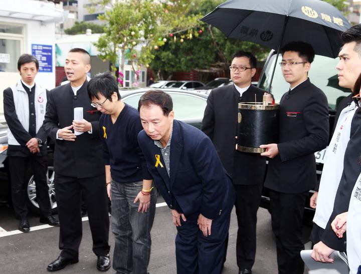 星座老師薇薇安(陳佳瑛)乳癌過世,上午在第一殯儀館舉行追思會,親友們送她最後一程,父親陳連春(右四)與製作人nemo(左三)在送棺木上車後,一同轉身向親友致意。記者杜建重/攝影