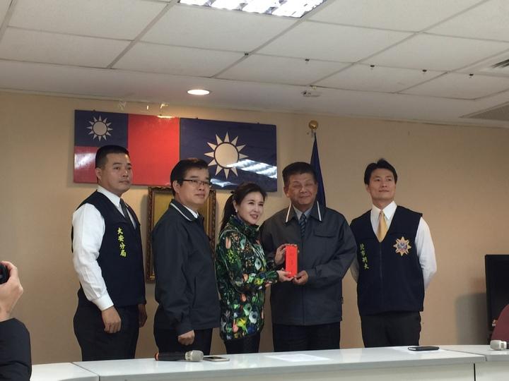台北市議員王欣儀日前在臉書遭網友恐嚇人身攻擊報案,警方今天將嫌犯黃姓男子逮捕到案,王欣儀下午在市議會辦公室召開記者會,感謝警方作為。記者許家瑜/攝影