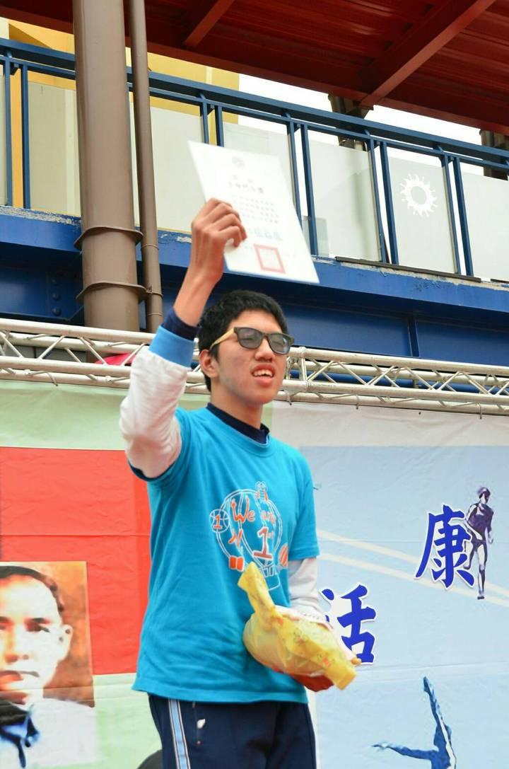台中市黎明國中昨天舉辦校慶運動會,讓學生楊侑穎圓了參加大隊接力賽的夢想的。圖/黎明國中提供