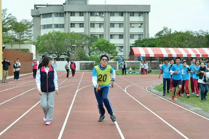 黎明國中昨天舉辦校慶運動會,3年1班在參加大隊接力時,讓學生楊侑穎(右)擔任最後一棒。圖/黎明國中提供